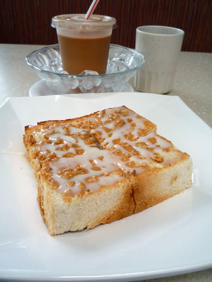 #多士(#toast,又叫#烘麪飽)係用#多士爐 烘過嘅方包,響未有多士爐之前,用火烘亦得。個面有少少燶,外面脆裏面軟。#歐陸式 #早餐 一定有,#香港 #茶餐廳 都係#例牌。