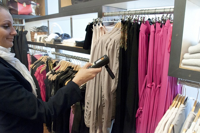 Nordic ID Morphic UHF RFID Cross Dipole mobile computer taking stock fast and easy in apparel retail store.