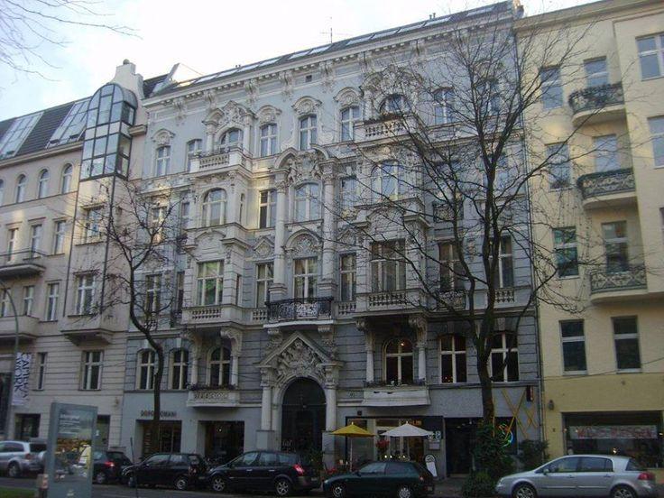 Sırada Savigny Platz var. Burasıda çok şık bir bölge, güzel evler kafeler ve restoranlar var. Pazar günü çok canlı değil ama cumartesileri çok iyi olduğu kesin... Daha fazla bilgi ve fotoğraf için; http://www.geziyorum.net/berlin-3-gun/