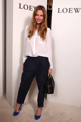 Martina Klein con una sencilla combinación de camisa blanca y pantalón masculinos en contraste a unos pumps glitter. El broche a su look llegó de la mano del clásico bolso Amazona en negro.