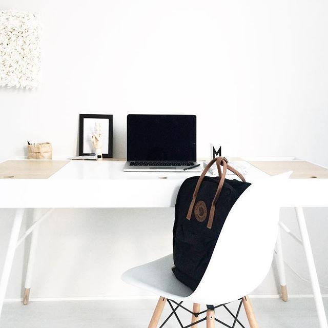 Last 7 work days remaining before my maternity leave 🌿  #interiordesign #minimalism #skandinavisk #scandinavianhome #homeoffice #kanken #kånken #boconcept #vitra #workspaceinspo #workspace #workspacegoals #whiteinterior #whiteandwood #interior #interior_design #interior4you #dsw #cupertinodesk #vitthem #34weekspregnant #fjällräven #fjallraven #skandinaviskehjem #interior_and_living #workday #inspiration #simplicity