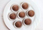 I tartufini di castagne e cioccolato fondente, sono dei morbidi dolcetti dal gusto intenso e piacevole. Sono senza glutine, vegan e non hanno zucchero.