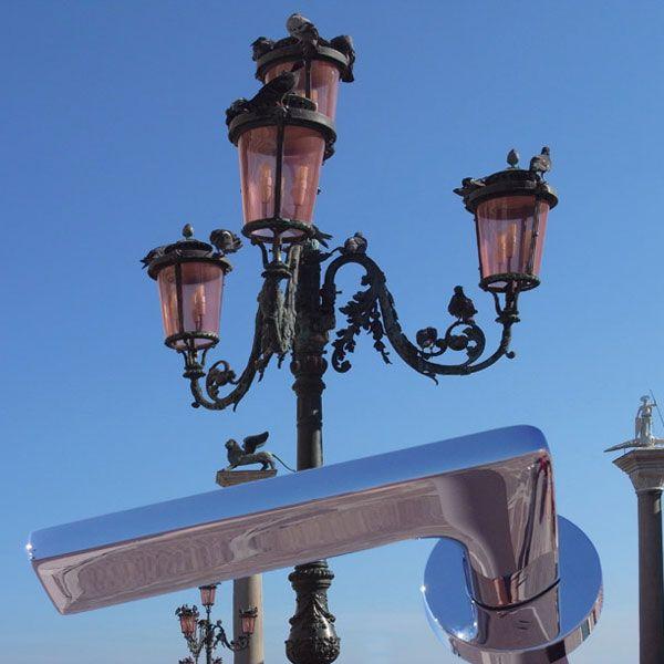 Maniglia Gira disegnata dall'architetto Jasper Morrison appartiene alla linea di maniglie in ottone. Acquistala su: http://www.manigliedesign.com/maniglie-porte-interne/83-maniglia-gira-colombo.html