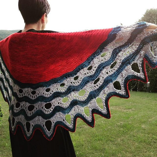 Esjan by Stephen West, knitted by FibreNinja | malabrigo Worsted in Polar Morn, Ravelry Red and Tuareg