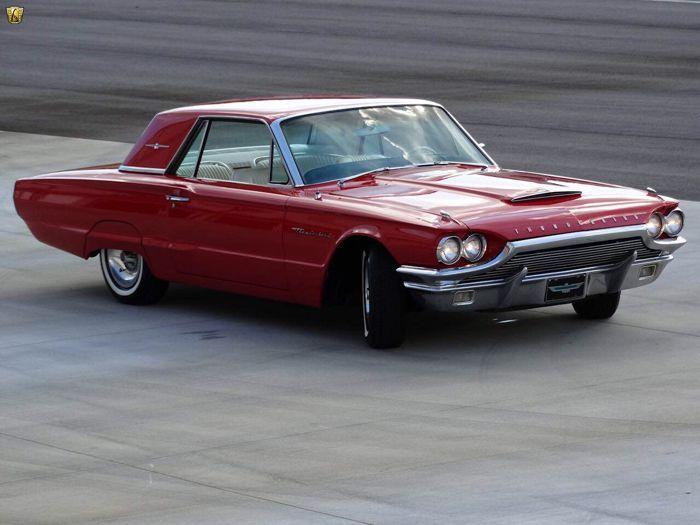 Ford - Thunderbird - 1964  Het voertuig is geregistreerd in Frankrijk en heeft een recente APK. Dit model is van 1964 en wordt gepresenteerd in een prachtige rode kleurstelling op een wit interieur. Recent geïmporteerd uit de VS en is compleet gerestaureerd waarna de wagen 7.000 mi heeft gereden (10.000 km).De mechanische delen zijn goed onderhouden en in perfecte conditie. Dit voertuig rijdt echt goed en geniet van een nieuwe carburateur. De carrosserie is in uitstekende staat en heeft een…