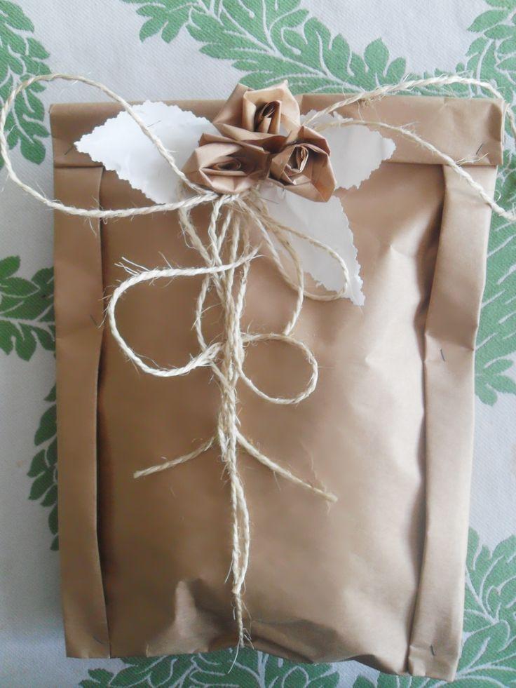 pacchetto con carta da pacchi