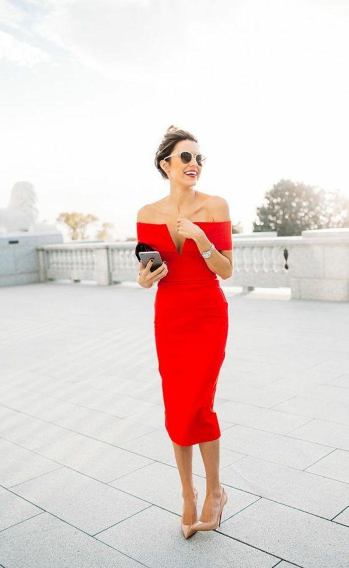 robe longue de soiree couleur rouge avec des epaules nues longueur sous le genou taille sublimee portee avec des escarpins talons aiguilles couleur nude