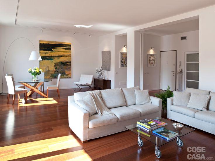 Modificando radicalmente la distribuzione tradizionale preesistente, l'appartamento ha guadagnato una zona giorno più ampia, un secondo bagno e la cabina armadio.