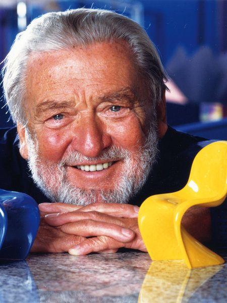 Verner Panton (*13 de febrero de 1926 en Gamtofte, Dinamarca - 5 de septiembre de 1998 en Copenhague, Dinamarca) junto a la miniatura de la silla Panton