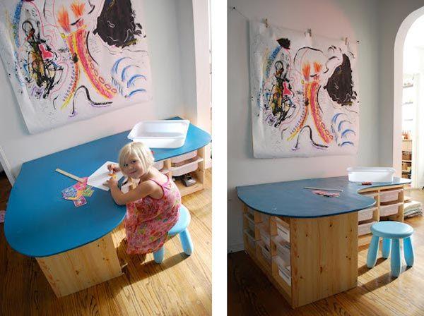La gamme Trofast d'Ikea est parfaite pour ranger les jouets des enfants. Mais je suis sûre que vous regarderez différemment ces meubles et ces rangements une fois après avoir regardé ces photos ! Vous allez voir, certaines personnes ont utilisé les Trofast pour tout autre chose et ça peut être super bluffant ! Comment détourner les Trofast d'Ikea de leur utilisation première 1. En tant que table à Lego  crédit photo That Crafty Juls Avouez que c'est super pratique : on peut ranger les lego…