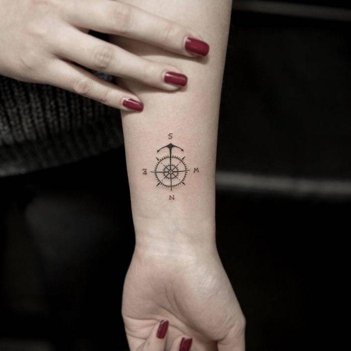 anker tattoo beduetung, roter nagellack, kleines motiv, lange nägel, frau