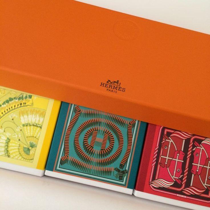 Recevoir une boîte orange, est toujours un plaisir, peu importe ce qu'il y a dedans…ou presque.  Si vous êtes en manque d'idées cadeaux pour vos amies, vos mamans, votre soeur,  vos belles-mères, le colibri vous suggère une idée classique qui sent délicieusement bon et surtout magnifiquement bien emballée : le coffret de savons Hermès.