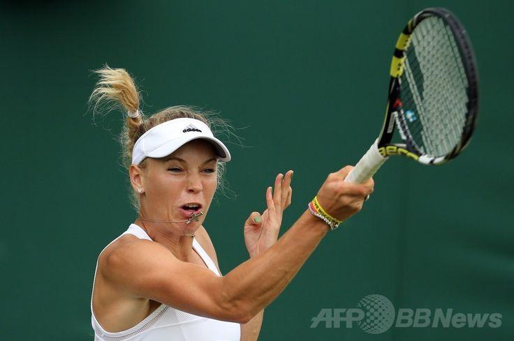 テニス、ウィンブルドン選手権(The Championships Wimbledon 2014)女子シングルス1回戦。リターンを狙うカロリーネ・ボズニアツキ(Caroline Wozniacki、2014年6月24日撮影)。(c)AFP/ANDREW COWIE ▼29Jun2014AFP|ウィンブルドン初戦突破のボズニアツキ、ネット恋愛「興味ない」 http://www.afpbb.com/articles/-/3018723 #The_Championships_Wimbledon_2014 #Caroline_Wozniacki