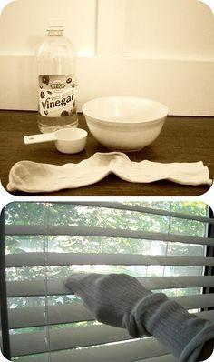Maal je jaloezieën schoon met een sok. Niet aan je voet maar aan je hand. Gelijke delen schoonmaakazijn en warm water, dip de sok erin en HOPPA!