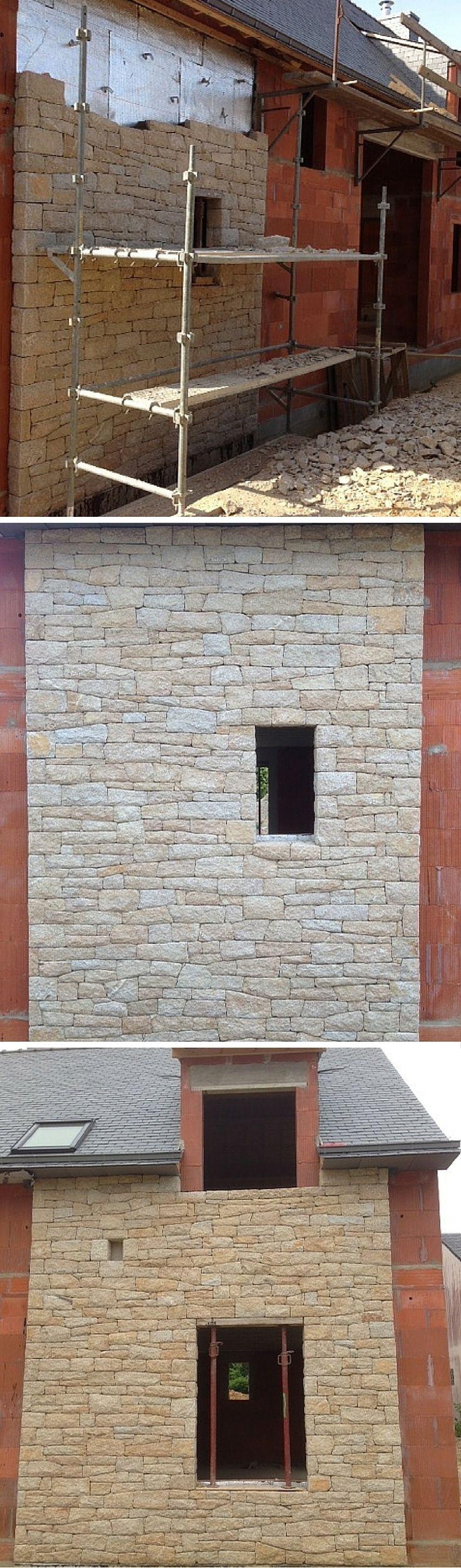Chantier de Pierre Sèche. Parement en pierre naturelle (moëllon d'Elven) d'une façade. C'est un parement partiel composé de deux panneaux en pierre. Pose de pierre sèche brouillée  Pierre sèche = sans joint T80 par exemple Pose brouillée = mosaïque de pierres aux dimensions irrégulières posées à l'horizontale et verticale  Société Haroche Gwenaël, Auray, Lorient, Vannes (Morbihan) Maçonnerie Pierre #drystone #Pierre #façade #morbihan
