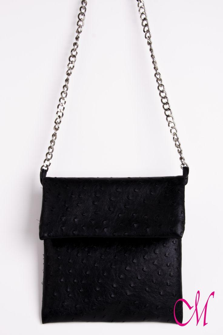 Bolso de piel negra con cadena larga y cremallera. www.monetatelier.com