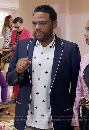 Andre's bee print polo shirt on Black-ish.  Outfit Details: https://wornontv.net/63204/ #Blackish