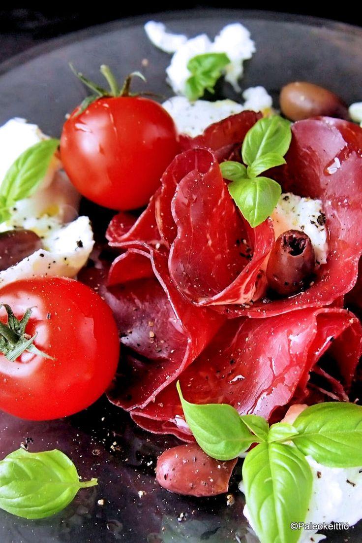 Jäähyväiset kesälle – Italialainen lounaslautanen /// Se oli sit siinä. Kesä 2016 ja viimeinen kesälautanen! Aika maukas olikin, koko kesä ja tämä jämistä koottu italialainen lounaslautanen. Yllättäen samassa hengessä lopetettiin kuin aloiteltiinkin; …