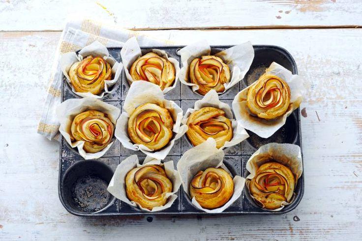 Een bosje rozen uit een muffinvorm. Dit zijn de leukste appeltaartjes voor bij de koffie - Recept - Allerhande