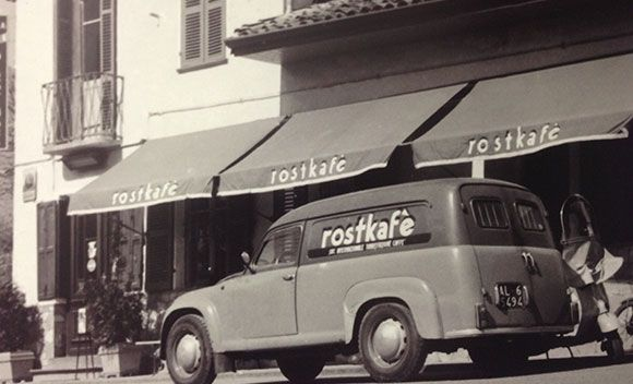 """IERI : Il porto di Genova è da sempre un importante centro di smistamento della migliore produzione mondiale di caffè; è per questo motivo che proprio a Genova fiorisce una «scuola» di specialisti della torrefazione. Tra questi, negli anni '50, nasce la necessità di acquistare, lavorare e miscelare il caffè crudo come consorzio: è così che vede la luce TAG, """"Torrefattori Associati Genova"""", di cui la famiglia Boasi (Caffé Boasi 1930) detiene oggi l'intera proprietà."""