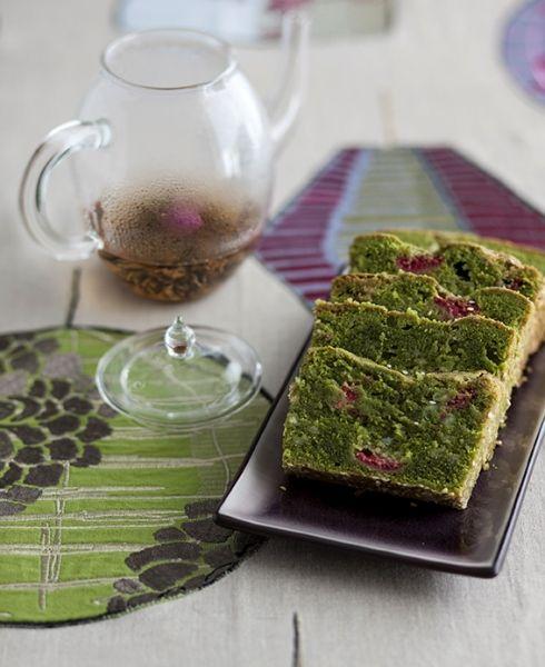 Voglia di stupire all'ora del thé? Provate questo plumcake ai lamponi e thé matcha, che rivela un interno color smeraldo e seduce con il suo sapore unico e intrigante.