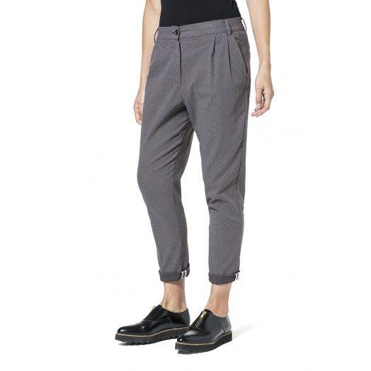 Sisley Pantaloni lunghi in misto cotone, con gamba diritta. Ideali abbinati a una blusa stampata e tacchi alti per un look da ufficio femminile e originale.