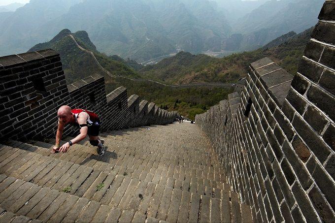 De marathon over de Chinese muur kent z'n oorsprong in 1999 en is populair vanwege z'n sfeer en ligging. De organisatie noemt het '5.164 treden door de geschiedenis'. En ja, u moet zeker veel treden lopen langs de meer dan 40 kilometer lange route over de Chinese Muur en omgeving. Een werkelijk unieke ervaring. Als u daarna nog meer Chinese muur wilt, pak dan ook nog even de 20.000 andere treden mee.
