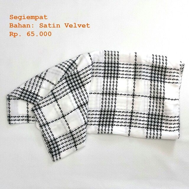 Square scarf  Fabric/Bahan : Satin velvet  IDR 65.000 Size : 115 cm x115 cm