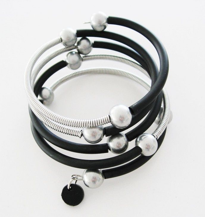 Gummiarmband med wire och kulor i aluminium. Rubber bracelet with aluminium wire and aluminium beads.