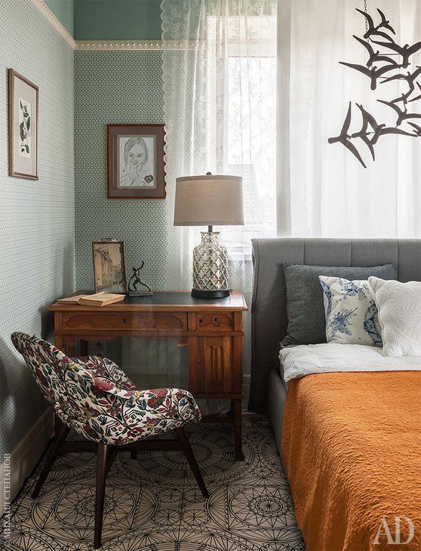 Фрагмент спальни. Письменный стол найден в московской антикварной лавке. Винтажный стул переобит современной тканью.