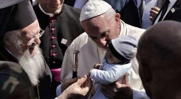 Papa Francesco da Lesbo chiede più accoglienza e giustizia sociale