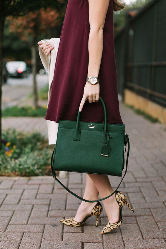 A moda é não combinar bolsas e sapatos! | Green purse outfit, Fall fashion coats, Fashion