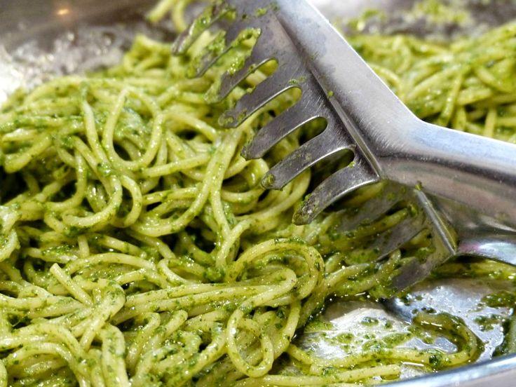 Un primo dal sapore deciso: spaghetti al pesto di prezzemolo e acciughe.