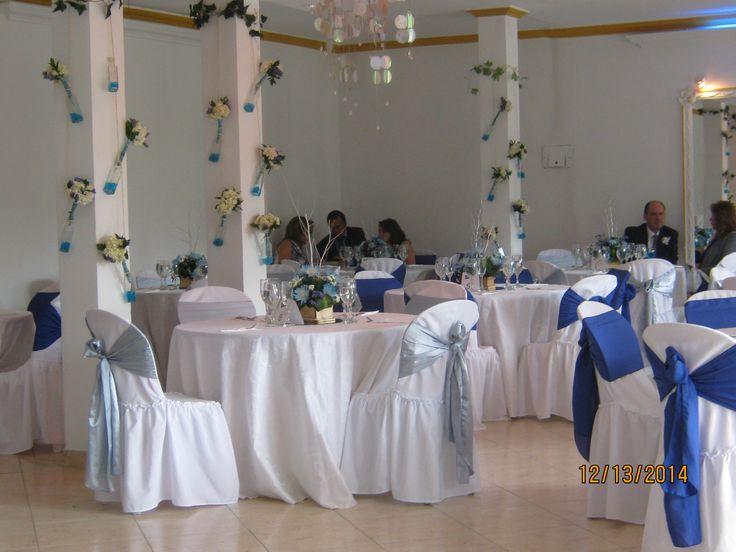 Salón, decoración de columnas con los ramilletes de las damas de honor.