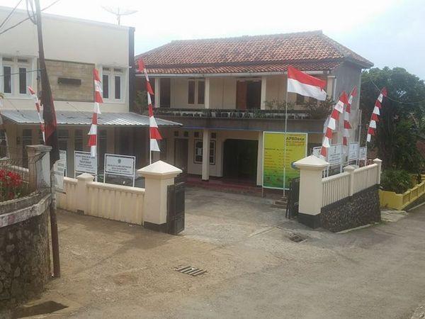 Desa Sukarapih merupakan sebuah desa yang berada di wilayah Kecamatan Sukasari Kabupaten Sumedang. Lokasinya berada di bagian tenggara wilayah Kecamatan Sukasari dan berbatasan langsung dengan Kecamatan Tanjungsari dan Kecamatan Jatinangor. Jika dilihat dari pusat pemerintahan Kecamatan Sukasari lo