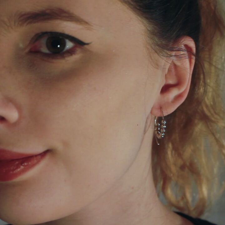 The Swirl Earrings in action💃 They are super simple and with your hair - your earrings can really stand out!😍 Click the link in bio to shop earrings!✨#KnappmannDesign #smykker #jewellery #jewelry #silver #gold #sølv #guld #DanskDesign #danishdesign #MadeInDenmark #handmade #handcrafted #håndlavet #pretty #style #Idea #earrings #earring #øreringe #ørering #entrepreneurlifestyle #iværksætter #styleit #styleidea #inspiration #inspo