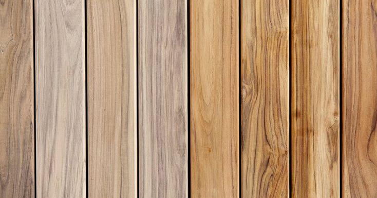 Eine Holzterrasse vergraut mit der Zeit. Wie mit Terrassenreiniger und Terrassenöl die Holzfarbe der Terrassendielen zurückgeholt werden kann.