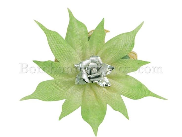 Favolosa coccarda verde sfumato.. con un applicazione centrale di un boccio di rosa in porcellana...