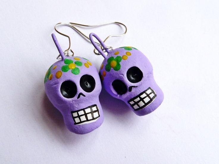 Orecchini pendenti teschi messicani color lilla di Casa Frida su DaWanda.com