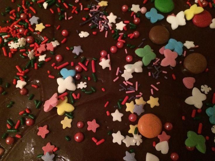 Barnas alt-som-finnes-av-kakepynt-i-kjøkkenskuffen -kake