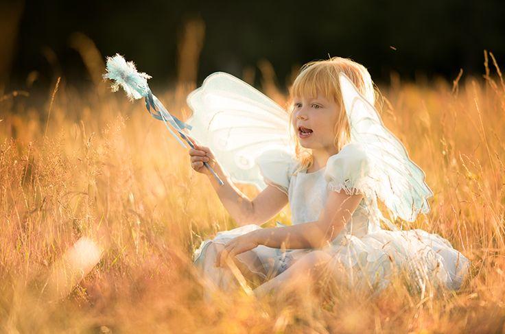 Älva. Äng. Sagobild. Saga. Fairytale. Fairy. Fairy wings. Fairy wand. Golden light. Fairytale photo. By Swedish photographer Maria Lindberg.