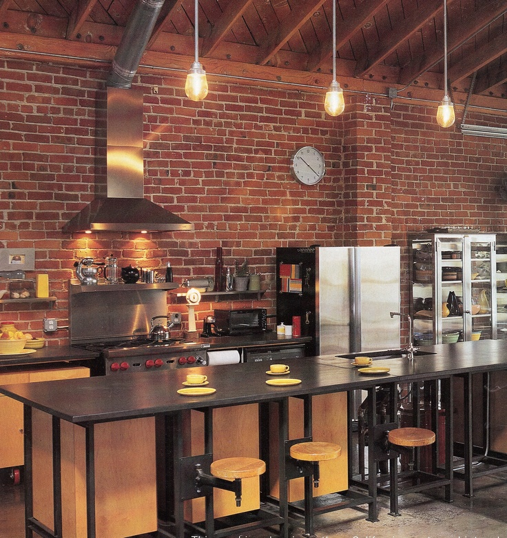 Cuisine bois clair avec touches noir et briques rouges - Mur de brique rouge interieur ...