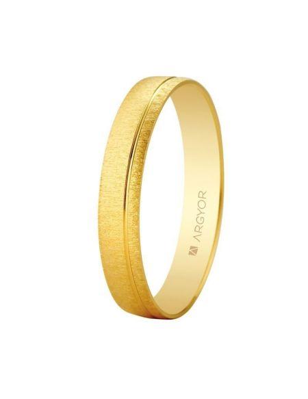 ALIANZA DE BODA EN ORO 3,5MM (5135473) Anillo de boda de oro amarillo 9kt. Su característico acabado mate rugoso queda dividido en dos lados desiguales por un fino bisel en acabado brillo. El resultado es discreto y elegante, llevable perfectamente por ambos marido y mujer. Anchura de 3,5mm. A esta alianza se le puede añadir un diamante talla brillante de 0.01ct color H, pureza Disponible en oro de 18 kilates