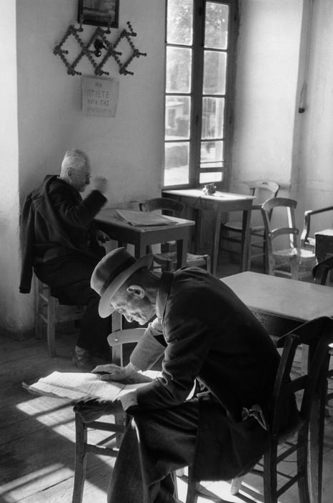 Henri Cartier-Bresson Greece: Nafpaktos (Naupactus). 1953. Café. #cozinharetro #vintage #classicphotografic
