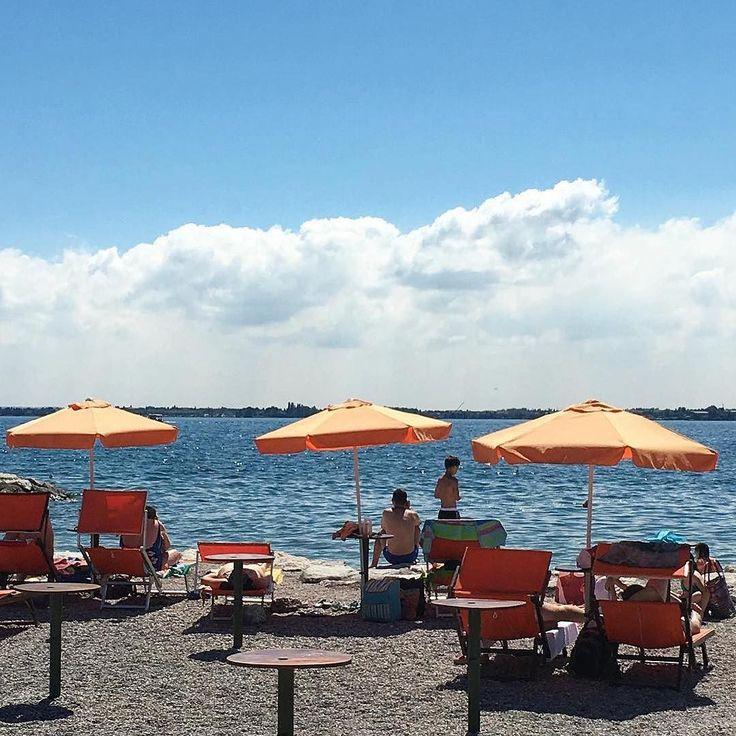 #Repost @colorcasecollection  Finalmente un bagliore d'estate  e a #desenzanodelgarda sono tutti in spiaggia!  immagino possiate capire perché adoro vivere qui  ogni giorno mi sembra di essere in vacanza!  Buona giornata e che il sole vi baci tutti! #gardaconcierge #photogc #lagodigarda #lakegarda #gardasee