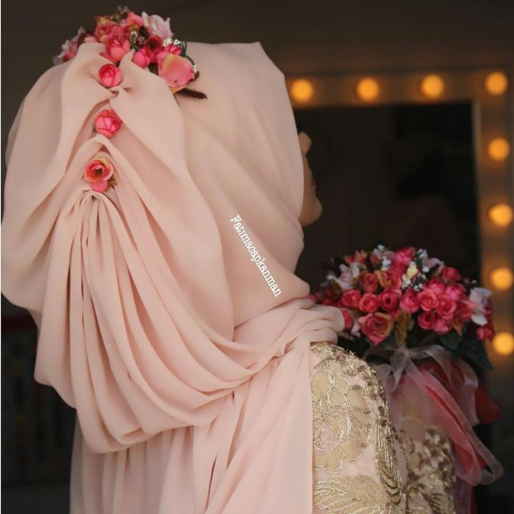 Pudra rengi ve minik çiçekler bu sezonun gözdesi! Bu modelde her ikisi de birleştirilmiş ve harika bir tesettür gelinbaşı yapılmış. Sizde böyle bir model ile müthiş bir görüntü verebilirsiniz!   #tesettürgelinbaşı2015 #TesettürNişanbaşı #tesettürNişanbaşıModelleri2015  http://xn--gelinsamodelleri-ipb.com/2015/09/20/tesettur-nisanbasi-modelleri-2015/3/