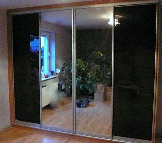 Grafitowy lacobel zawsze doskonale komponuje się z lustrem. http://www.goryniak.pl/szafy_wnekowe_galeria3.html