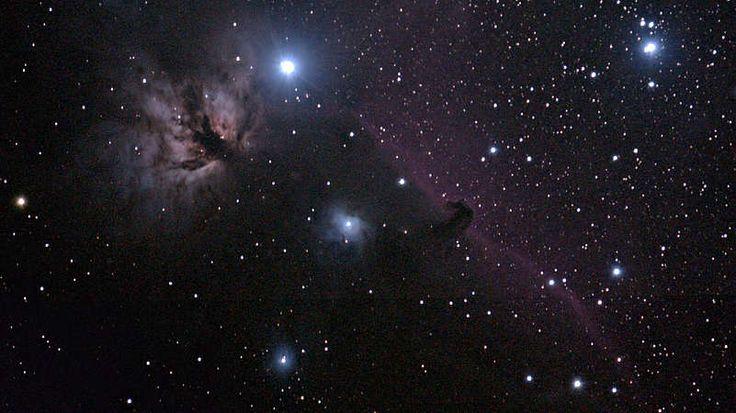 Der Flammennebel-In etwa 1.500 Lichtjahre Entfernung liegt in Richtung des Sternbildes Orion (Bild) ein Nebel, der auf der linken Seite zu sehen ist, und der wegen seines Leuchtens und der dunklen Staubstraßen wie ein loderndes Feuer aussieht. Doch Feuer, die rasante Aufnahme von Sauerstoff, ist nicht die Ursache für das Leuchten dieser Flamme, sondern der helle Stern Alnitak, der östlichste Stern im Gürtel des Orion, der unmittelbar über dem Nebel zu sehen ist. Dessen energiereiches Licht…
