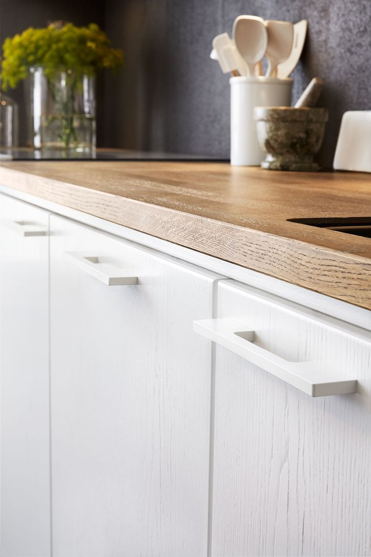 White on white detail, wood grain on cabinets, rounded edges, hardware, wooden counter, matte black :: Modernt kök i vit ask - solid vit ask alt1 vy1