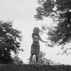 Alain Cornu. BLOW-UP Un hommage  En 1966, Michelangelo Antonioni réalisait « Blow-Up », film mythique nous interrogeant sur le pouvoir de l'image, sur la réalité et ses faux-semblants et sur l'acte photographique en tant que piège illusoire du visible. L'intrigue du film repose sur une scène clef où le héros, un photographe, assiste à son insu …